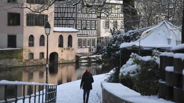 Un marcheur à Strasbourg sous la neige, le 15 janvier 2021 (PHOTO D'ILLUSTRATION).