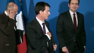 Manuel Valls (ici avec Laurent Fabius et Mathias Fekl) va présenter de nouvelles mesures de simplification.