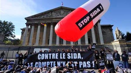 Une centaine de militants d'associations de lutte contre le sida ont manifesté lundi devant l'Assemblée nationale pour protester contre la menace d'une baisse des crédits destinés à la lutte contre le VIH. /Photo prise le 20 septembre 2010/REUTERS/Philipp