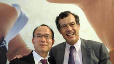 Guo Guangshang, ici à gauche, avec Henri Giscard d'Estaing, lors de l'annonce de la reprise du Club Mediterranée par Fosun en juin 2006. Le patron chinois est le 3ème de l'année à disparaître dans des conditions mystérieuses.