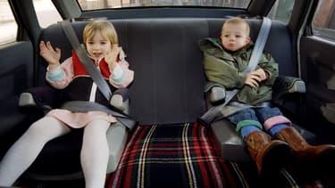 Deux enfants, prêts à partir en vacances.