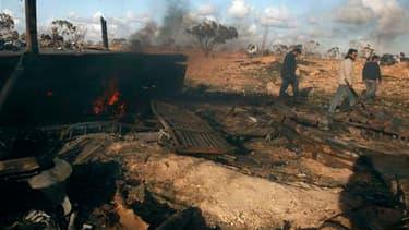 Matériel militaire appartenant à l'armée libyenne détruit par les raids de la coalition, sur une route entre Benghazi et Ajdabiah. Le contre-amiral américain Gerard Hueber a déclaré que les forces engagées pour instaurer une zone d'exclusion aérienne en L