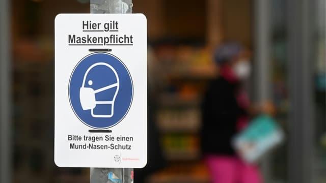 Une affiche rappelant le port obligatoire du masque, à Rosenheim (Allemagne), le 1er avril 2021 (photo d'illustration)