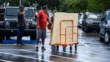 Des habitants de Floride en train de se préparer à l'arrivée de l'ouragan Dorian, le 29 août dernier.