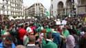 De nombreux manifestants algériens se sont rassemblés sur le parvis de la Grande Poste ce vendredi.