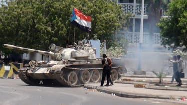 Un char de rebelles chiites à Aden au Yemen le 27 mars.
