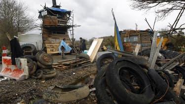 Barricades contre la construction de l'aéroport de Notre-Dame-des-Landes, près de Nantes. Trois policiers et un manifestant ont été blessés lundi dans des heurts entre forces de l'ordre et opposants au projet de construction au niveau du Chemin de Suez qu