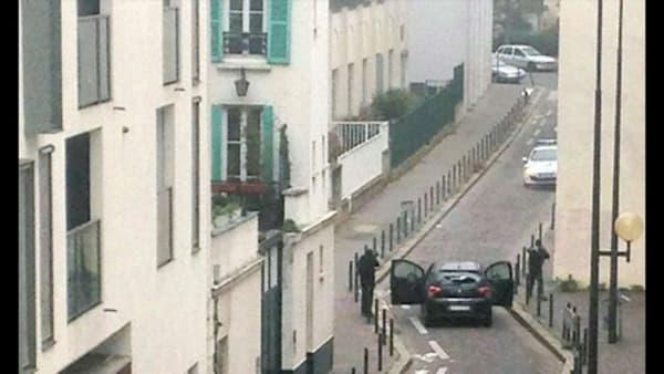 Cherif et Saïd Kouachi repartent avec leur voiture après l'attentat contre Charlie Hebdo.