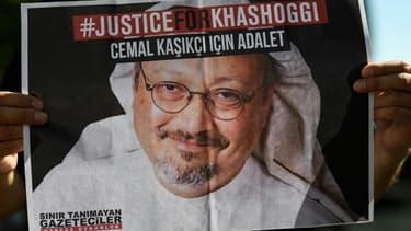 Des amis du journaliste saoudien Jamal Khashoggi brandissent des affiches à son effigie devant le consulat d'Arabie saoudite à Istanbul où il a été tué, lors du deuxième anniversaire de son meurtre en octobre 2020