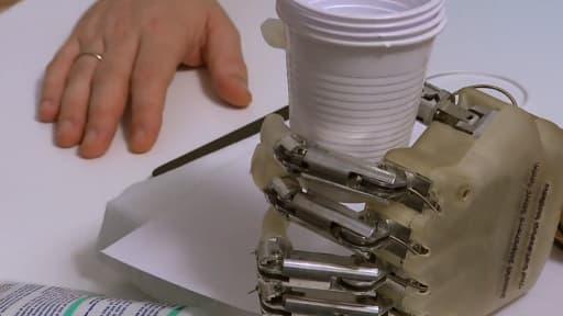 L'équipe de Silvestro Micera a mis au point cette main bionique avec laquelle le patient peut ajuster sa force pour saisir des objets et identifier leur forme et leur texture.
