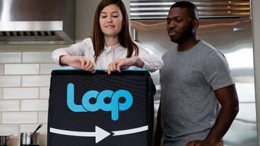 Loop a conçu un sac de livraison réutilisable où les clients déposent leurs emballages vides en attendant d'être repris.