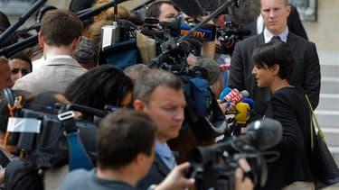 A la sortie du conseil des ministres, la porte-parole du gouvernement Najat Vallaud-Belkacem a déclaré que ce dernier envisageait d'instaurer une taxe sur les produits pétroliers. /Photo prise le 27 juin 2012/REUTERS/Philippe Wojazer