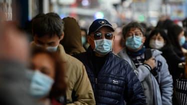Des ressortissants chinois portant des masques. - Philip FONG / AFP
