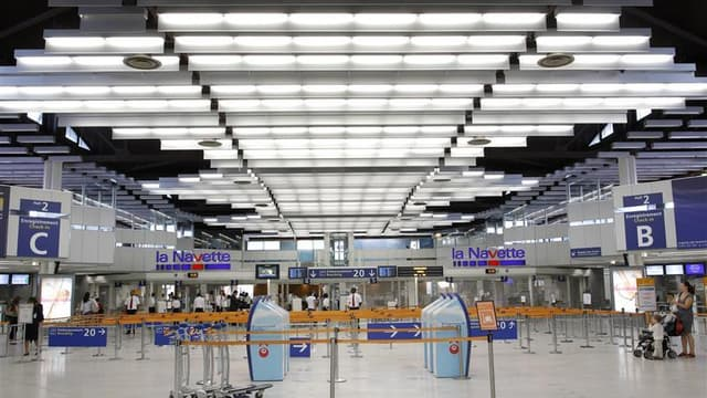 Un accord de fin de conflit a été signé lundi entre quatre syndicats et les entreprises de sûreté aéroportuaires françaises après onze jours d'une grève qui a conduit le gouvernement à faire intervenir les forces de l'ordre dans les aéroports. FO, CFTC, C