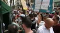 Les manifestatants entourant la tente du pharmacien montpellierain