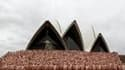 Plus de 5.000 Australiens ont posé nus devant l'Opéra de Sydney pour une séance photo dirigée par le célèbre photographe américain Spencer Tunick, afin de célébrer le Mardi Gras des homosexuels et lesbiennes de Sydney. /Photo prise le 1er mars 2010/REUTER