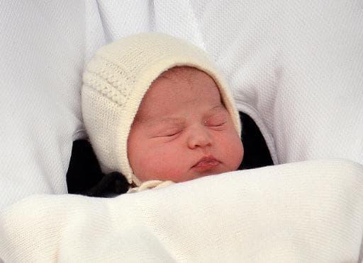 La fille du prince William et de Kate présentée le 2 mai 2015 devant l'hôpital St Mary à Londres