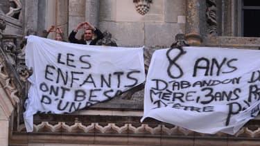 Deux des quatres pères encore retranchés dans la cathédrale d'Orléans, vendredi.