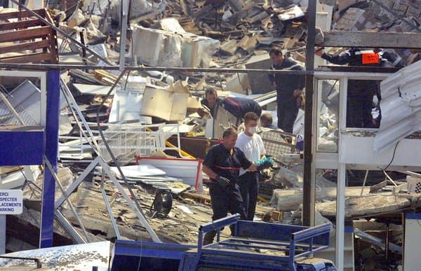 Des secouristes dans les décombres d'un grand magasin de bricolage après l'explosion d'AZF, le 21 septembre 2001