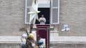 Le pape François s'adresse aux fidèles sur la place Saint-Pierre, au Vatican, le 1er janvier 2018.
