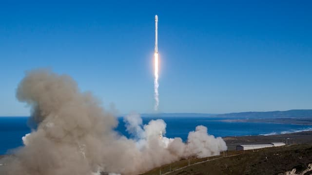 Falcon 9 s'est arrachée de son pas de tir sur la base aérienne de Vandenberg, comme prévu, à 09H54 locales.