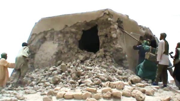 Capture d'écran d'une vidéo datant de juillet 2012 montrant des islamistes s'attaquant à un mausolée, à Tombouctou, au Mali.