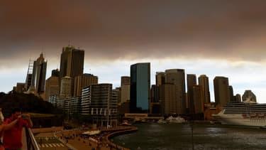 Un nuage de fumée plonge Sydney dans la pénombre, le 17 octobre.