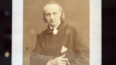 Une photographie prise en 2007 d'un portrait du poète Charles Baudelaire réalisé par Charles Neyt entre 1864 et 1866.