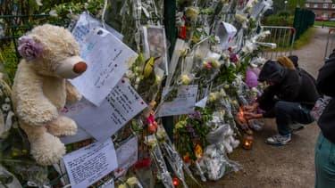 Des fleurs, mots et peluches déposés en hommage à Angélique, tuée fin avril à Wambrechies, dans le Nord.