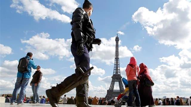 Gendarme en patrouille à Paris. Le déploiement des forces de l'ordre dans les villes françaises a tué dans l'oeuf samedi toute velléité de manifester contre un film islamophobe et les caricatures du prophète Mahomet publiées par l'hebdomadaire Charlie Heb