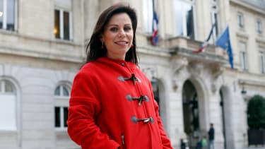 Géraldine Poirault-Gauvin photographiée devant la marie du 15e arrondissement de Paris.