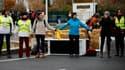 Entre 50 et 100 militants des groupes ANV-COP21 et Amis de la Terre ont installé des bottes de pailles et formé des barrages humains devant le centre de Brétigny-sur-Orge (Essonne) d'Amazon