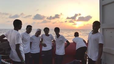 des migrants à bord de l'Ocean Viking.