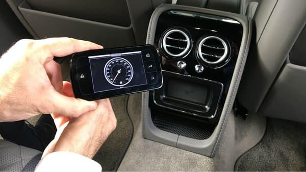 L'écran de contrôle de la climatisation à l'arrière est amovible, il permet également de suivre en temps réel la vitesse du véhicule.