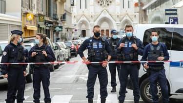La police bloque l'accès à la basilique Notre-Dame à Nice après un attentat, le 29 octobre 2020