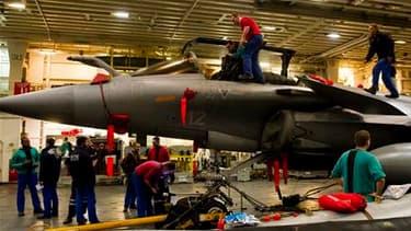 Un rafale, à bord du porte-avions français Charles-de-Gaulle. Deux chasseurs Rafale ayant décollé du porte-avions ont effectué mardi un vol de reconnaissance en Libye mais il n'y a pas eu de frappes françaises. /Photo prise le 21 mars 2011/REUTERS/ECPAD/M