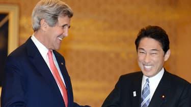 John Kerry aux côtés de Fumio Kishida, le ministre japonais des Affaires étrangères.