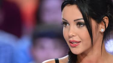 L'ex star de télé-réalité est en garde à vue, soupçonnée d'avoir blessé son compagnon au couteau.