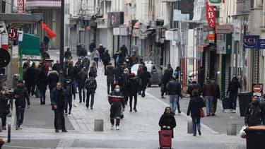 Des gens marchant dans une rue de Saint-Denis, en Seine-Saint-Denis, le 2 avril 2020.