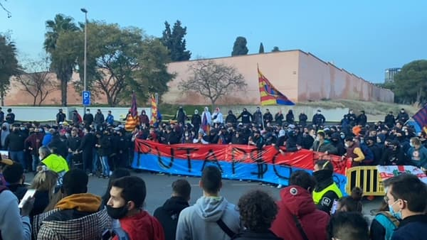 Des supporters du Barça autour du Camp Nou, le 16 février 2021