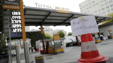 Une station-service en rupture de carburant à Clichy (Hauts-de-Seine).