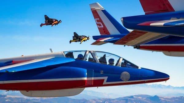 Vous ne rêvez pas. C'est bien Yves Rossy qui vole en formation avec la patrouille de France. Son héros, c'est Superman.