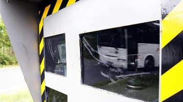 """Le porte-parole du gouvernement, François Baroin, a confirmé que les panneaux avertisseurs de radars continueraient d'être enlevés sur les routes et que les radars """"pédagogiques"""" n'avaient pas vocation à les remplacer. /Photo prise le 12 mai 2011/REUTERS/"""
