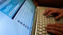 Les autorités françaises ont récemment rappelé les policiers à leur obligation de discrétion et au respect du secret professionnel lorsqu'ils utilisent des réseaux sociaux comme Facebook ou Twitter. /Photo d'archives/REUTERS/Mario Anzuoni