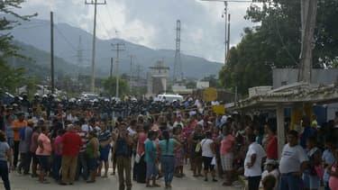 Des proches de détenus réunis devant la prison de Las Cruces à Acapulco (Mexique) le 07 juillet 2017