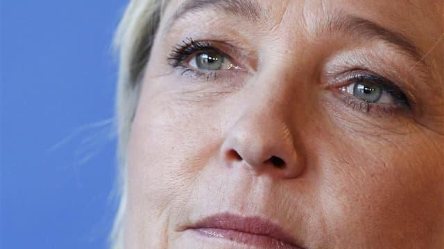 """Marine Le Pen, qui a soulevé un tollé en prônant l'interdiction du port du voile islamique et de la kippa dans la rue en France, a demandé samedi aux juifs français de consentir ce """"petit sacrifice"""", même si leur signe religieux ne """"pose pas problème"""". /P"""