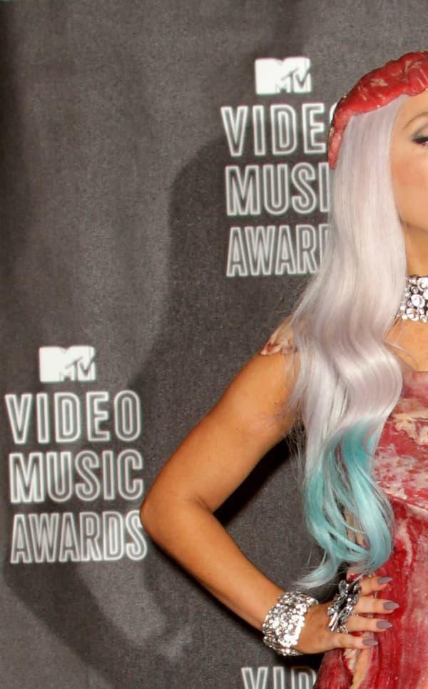 Lady Gaga vêtue de sa robe en viande en 2010 lors des Mtv Video Music Awards.