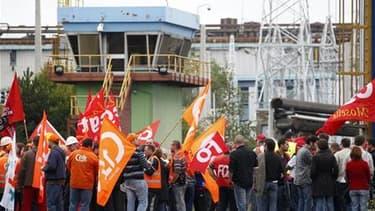 Manifestation d'employés d'ArcelorMittal devant le site de Florange, la semaine dernière. Le groupe sidérurgique a promis que l'arrêt de son aciérie dans ce site mosellan ne serait que temporaire. /Photo prise le 9 septembre 2011/REUTERS/Vincent Kessler