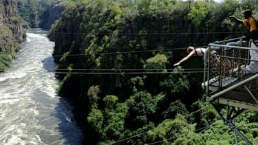 Du saut à l'élastique au dessus des Chutes Victoria. (PHOTO D'ILLUSTRATION)