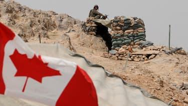 Un drapeau canadien flotte près d'un bunker en Afghanistan, le 5 juillet 2011.